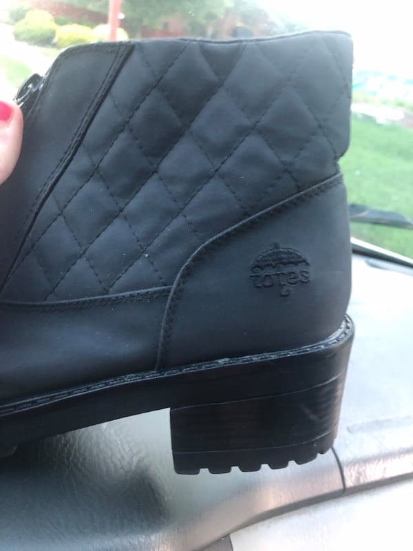 Womens totes snow boots size 8.5  c7cb4c8f-0bfe-4083-a71d-5bca5a73bfd6