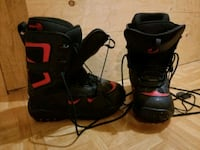 pair of black-and-red snowboard boots 533 km